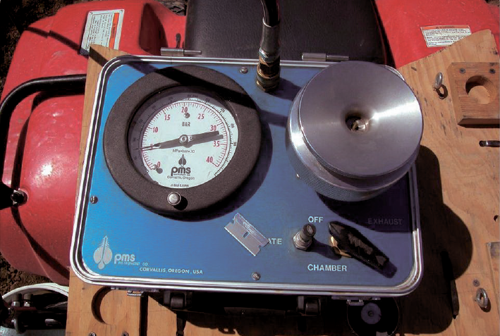 Pressure bomb mounted on an ATV